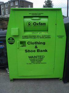 不要な服や靴を入れるチャリティ用のBOX
