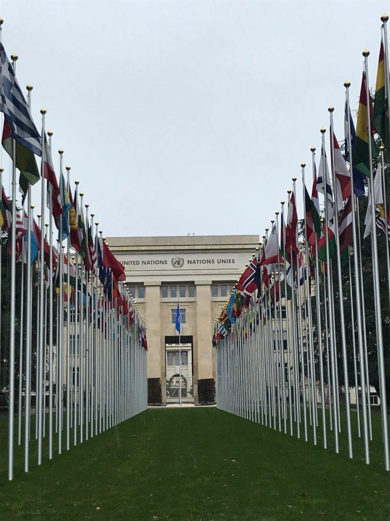 国連前に並ぶ国旗。日本の国旗ももちろんあります。