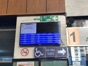 テッサロニキ駅の掲示板